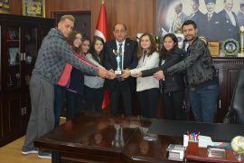 Kazandıkları kupayı Başkan Demirtaş'a hediye ettiler