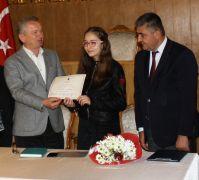 Çaycuma'nın ilk çocuk belediye başkanı mazbatasını aldı