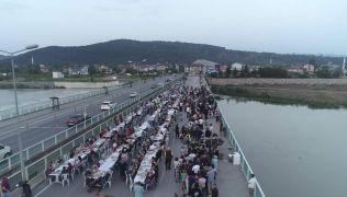 Bin 200 kişiyi köprüdeki iftarda ağırladılar