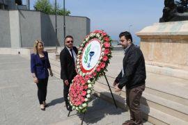 Eczacılar Atatürk Anıtı'na çelenk bıraktı