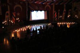 Öğrenciler spor salonunu sinemaya çevirip film izledi