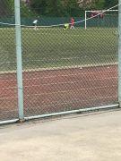 Penaltı atışları sırasında bağcıkları çözülen kalecinin yardımına hakem koştu