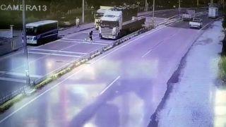 Yolcu otobüsünden inip karşıya geçmeye çalışan kıza tır çarptı