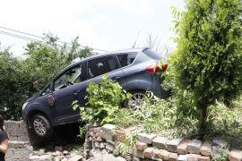 Freni patlayan otomobil bahçeye uçtu: 4 yaralı