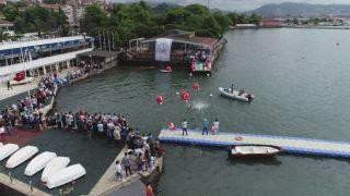 Liseli öğrenciler diplomalarını denizden aldılar