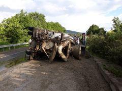 Seyir halindeki beton mikseri devrildi