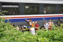 Trenin çarptığı genç kız ağır yaralandı