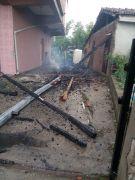Yıldırım düşen evin çatısı yandı