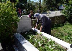 Zonguldak'ta vatandaşlar Arife Günü mezarlıklara akın etti