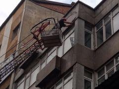 Binanın balkonundan düşen taş parçaları korkuttu
