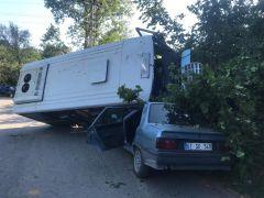 Freni patlayan yolcu minibüsü otomobile çarptı: 2 yaralı