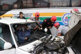Kaza yaptığı otomobilde sıkışan kadın böyle kurtarıldı