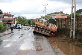 Mahalle sakinleri tır kazalarına tepki gösterdi