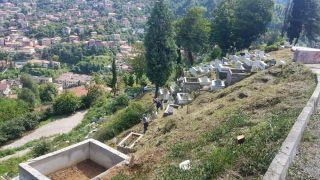 Mezarlıklarda bayram temizliği sürüyor