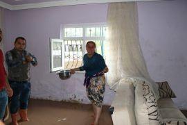 Yağmurda patlayan lağım suları eve doldu