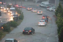 Şiddetli yağış yolları göle çevirdi