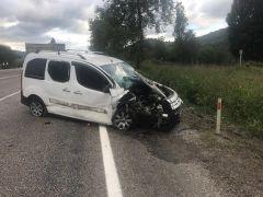 Zonguldak'ta otomobil traktöre çarptı: 3 yaralı