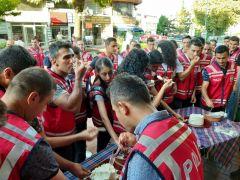 Göreve yeni başlayan polislere manda yoğurdu ikramı