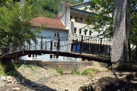 Belediye binası yanındaki köprü tehlike oluşturuyor