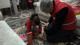 Kızılay yeni yıla saatler kala özel çocukları sevindirdi