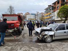 Zonguldak'ta kamyon ile otomobil kafa kafaya çarpıştı: 3 yaralı