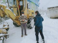Gökçebey Kaymakamı Koşansu karla mücadele eden ekibe yemek dağıttı