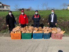 Kızılay karantinada olan köye ekmek dağıttı
