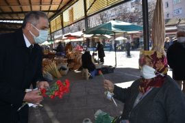 AK Parti, 8 Mart'ı karanfil ve maskeyle kutladı