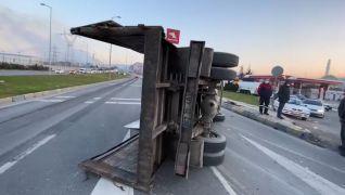 Sac yüklü kamyon yan yattı