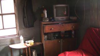 18 yıldır harabe evde tek başına yaşama tutunmaya çalışıyor