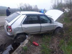 Kontrolden çıkan otomobil su kanalına girdi: 3 yaralı