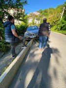 Kaldırımda asılı kalan otomobil uçuruma düşmekten kurtuldu