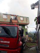 Çıkan yangında ev ve çatı kullanılmaz hale geldi
