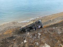 Hafriyat kamyonu uçuruma düştü, sürücü yara almadan kurtuldu