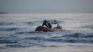 Dalgalarla boğuşan gençlerden biri kurtarıldı, biri kayıp
