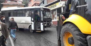 Yolcu otobüsü kepçeye çarptı